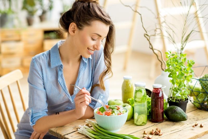 Kobieta spożywająca zdrową sałatkę