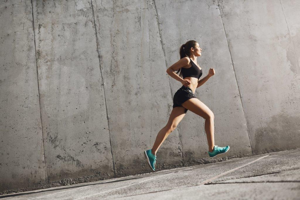 zdjęcie kobiety biegnącej