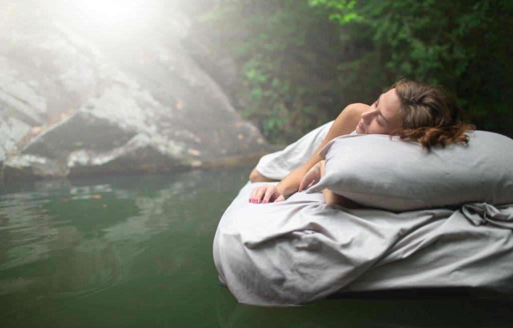 zdjęcie kobiety spiącej na wodzie