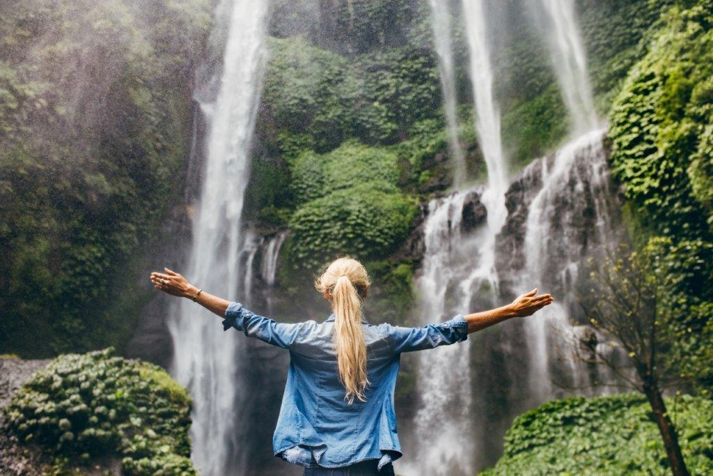 zdjęcie kobiety nad wodospadem