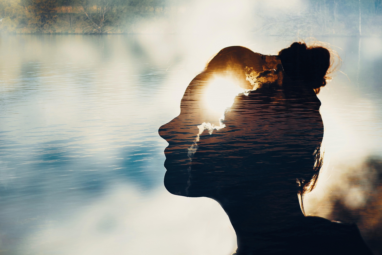 chmury i woda na tle zdjęcia kobiety