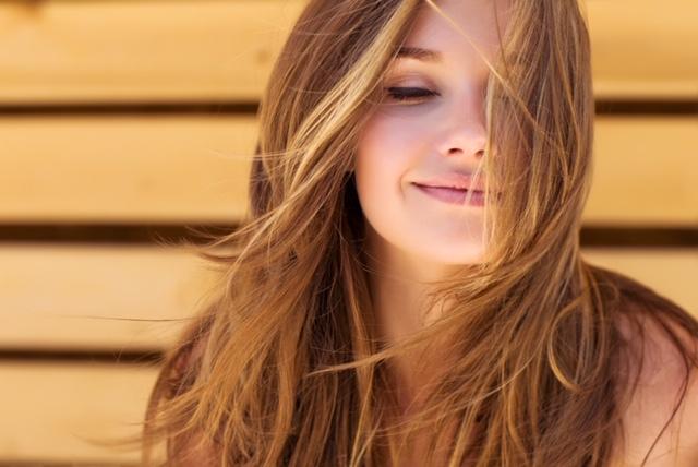 delikatnie uśmiechnięta kobieta