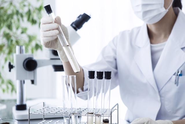 kobieta w laboratorium z próbkami w dłoniach