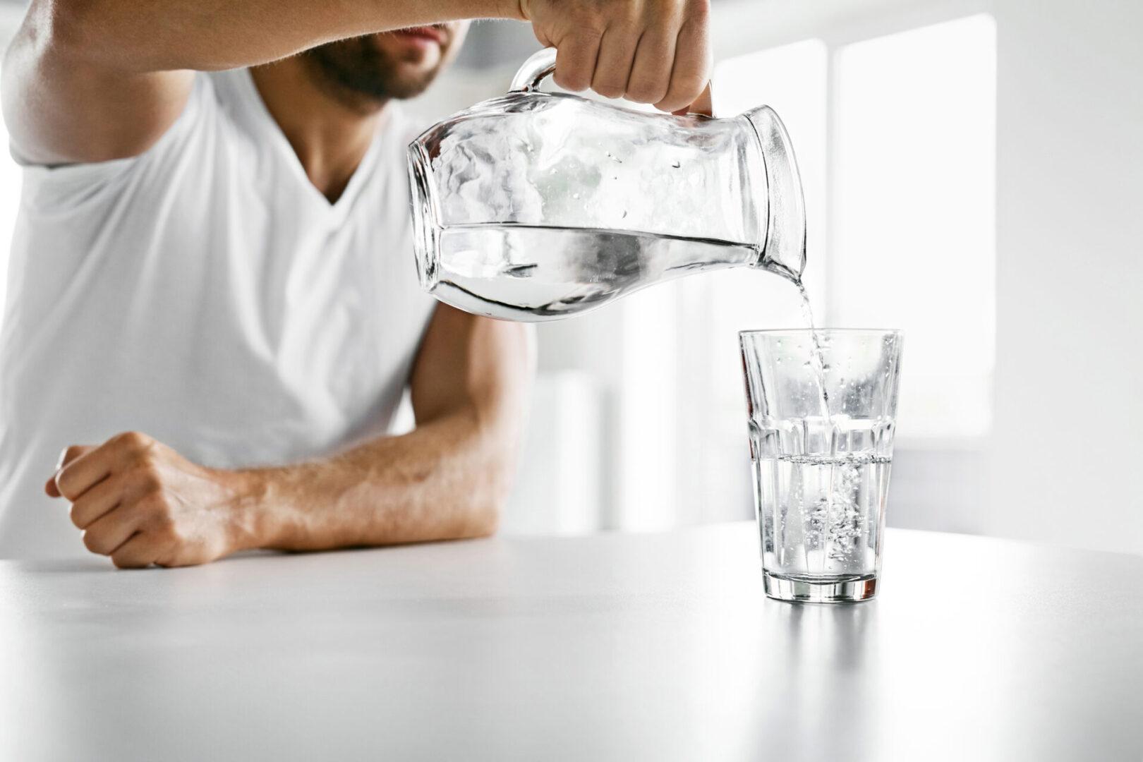 nalewana woda do szklanki