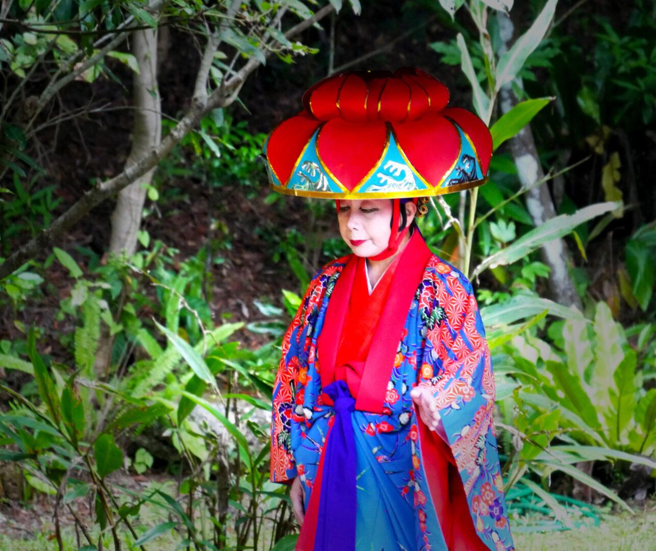 kobieta w kolorowym stroju