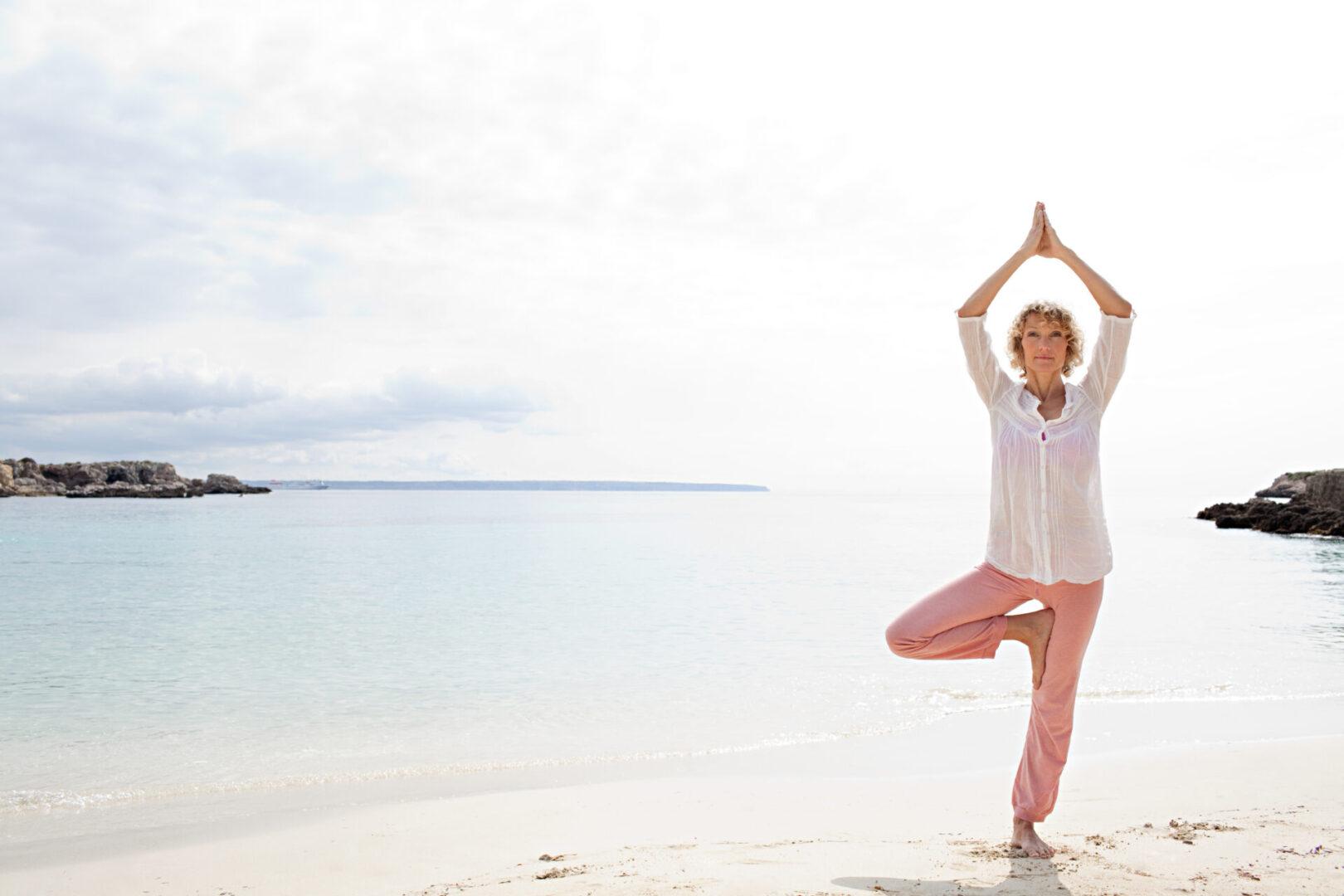 medytująca kobieta na plaży
