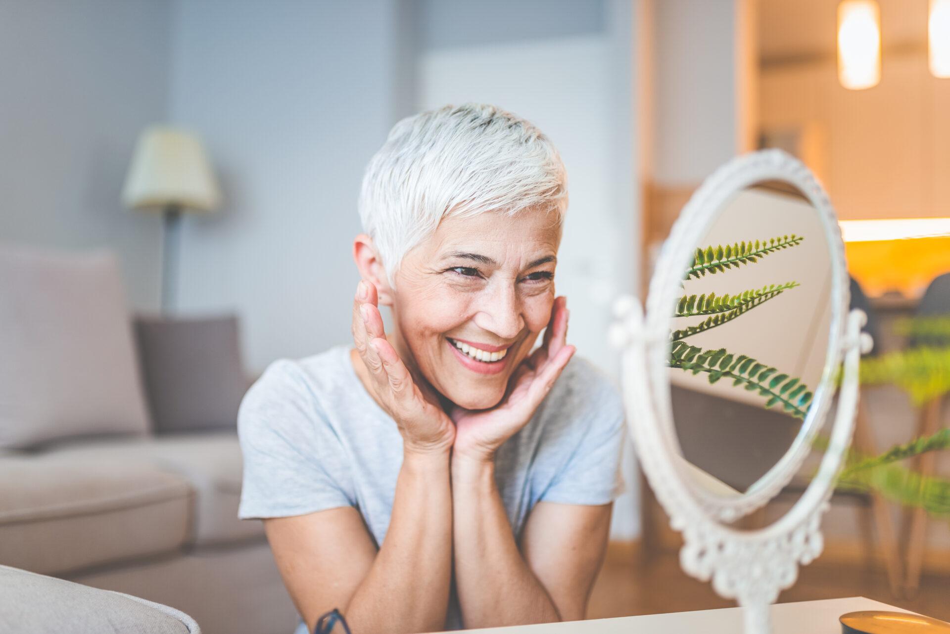 radosna kobieta przeglądająca się w lustrze